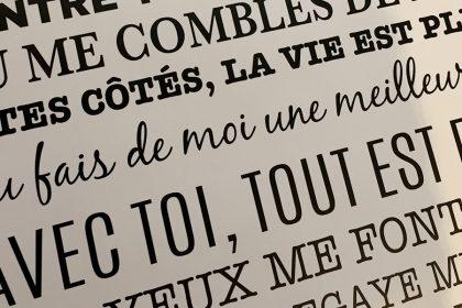 Comment coller un sticker mural texte